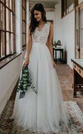 Romantic Scalloped V-neck Tulle Lace A Line Floor-length Sleeveless Wedding Dress